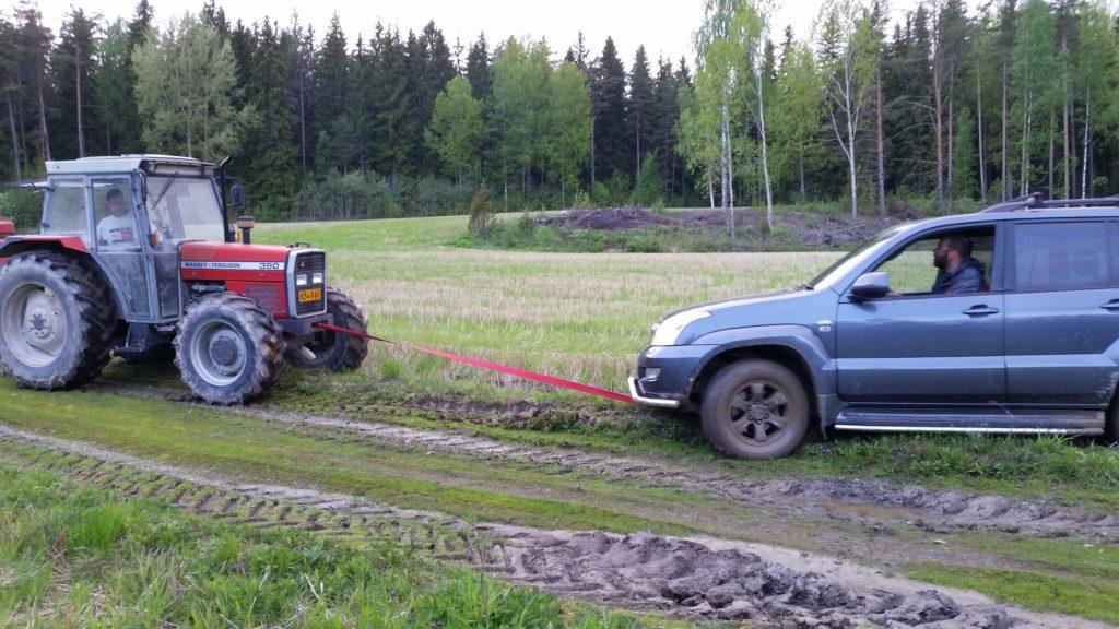 Чем больше джип, тем дальше ехать за трактором